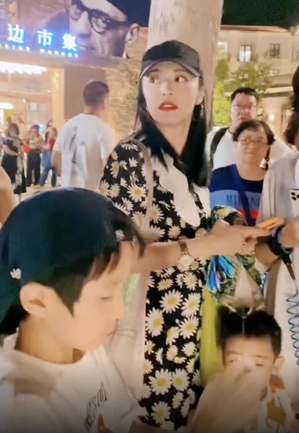 网友偶遇姚晨带儿子逛街 小土豆站妈妈身边好乖巧