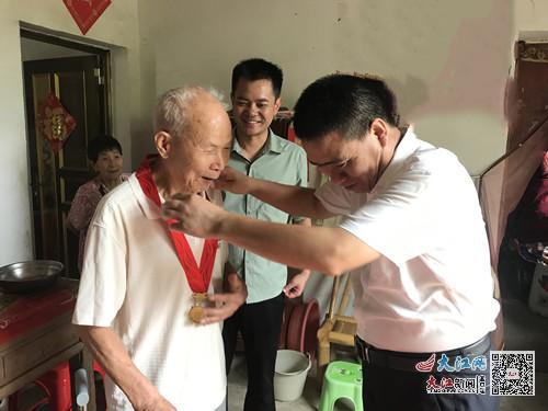 临川龙溪镇:在党50年 荣耀送到家(图)