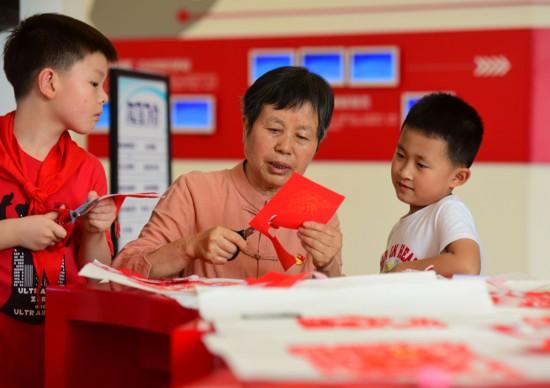 江苏无锡:巧手剪纸迎接建党百年