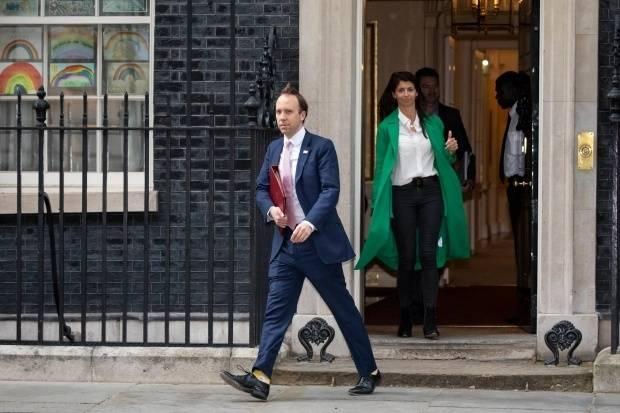 """英国卫生大臣跟助手""""婚外情""""曝光:疫情期被拍到在办公室激吻"""