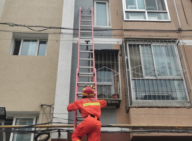 八旬老人厕所晕倒被困,消防员钻窗营救