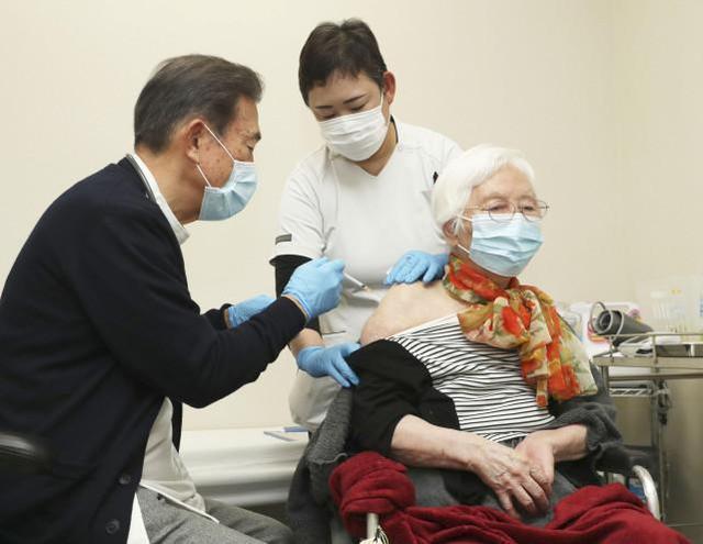 日本的老年民众接种新冠疫苗(图源:外媒)