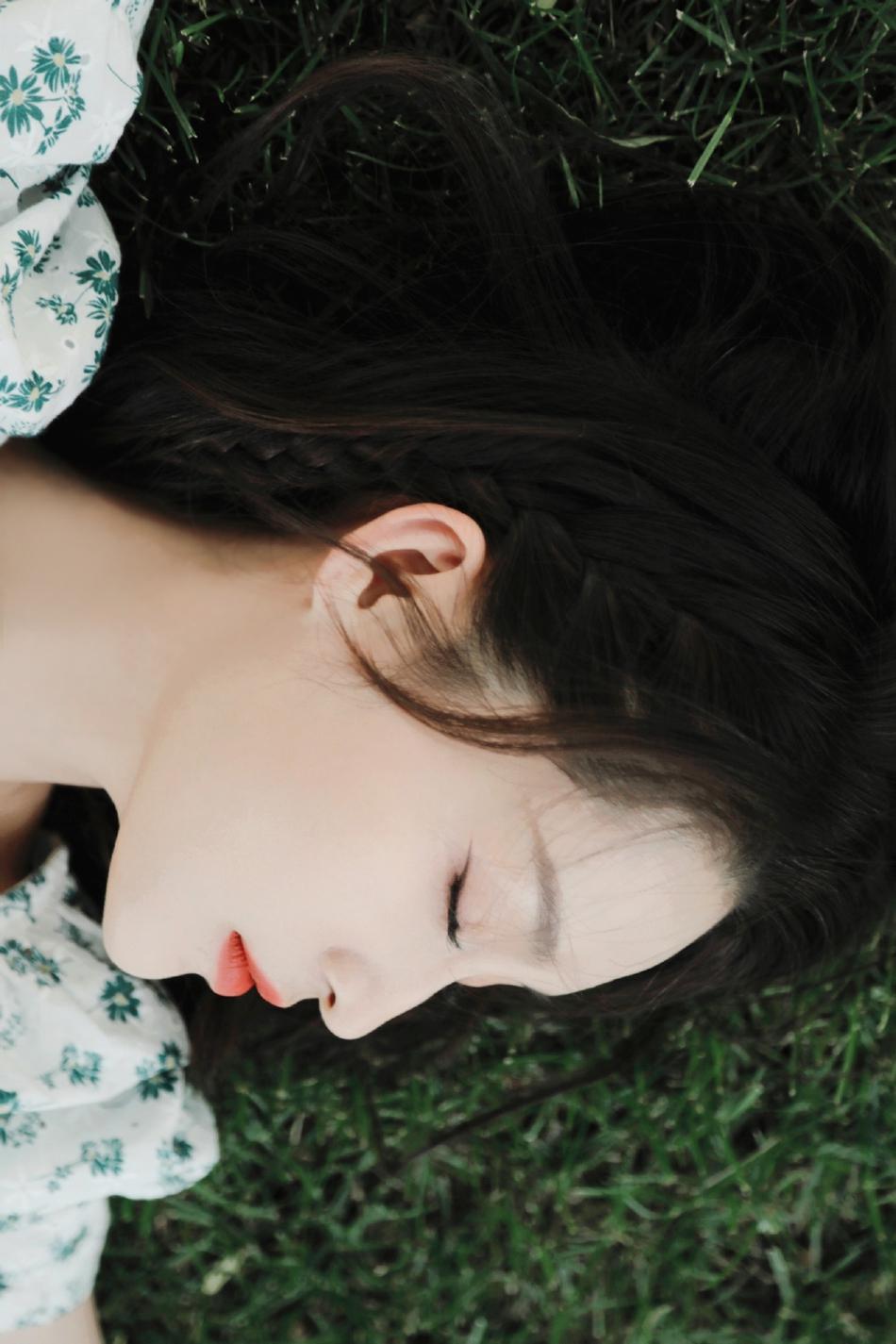 李沁初夏心动写真曝光 一袭浅绿色碎花裙清新可爱