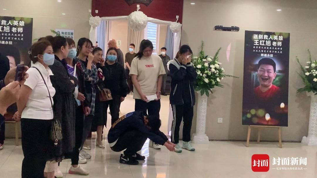 重庆各界为救人英雄王红旭举行追悼会 大学同学追忆四年同窗情谊