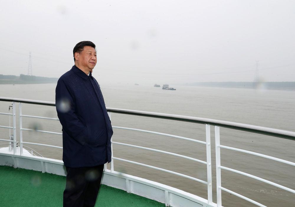 2018年4月26日,习近平在武汉主持召开深入推动长江经济带发展座谈会并发表重要讲话。这是座谈会前,习近平于25日上午乘船沿江察看两岸生态环境和发展建设情况。
