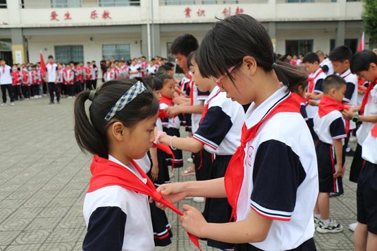 彭州市七一竹瓦学校举行少先队入队仪式