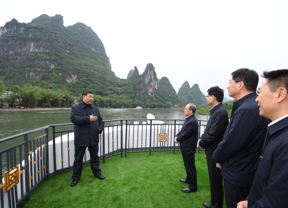 2021年4月25日至27日,习近平在广西考察。这是4月25日,习近平在桂林市阳朔县,乘船考察漓江阳朔段。