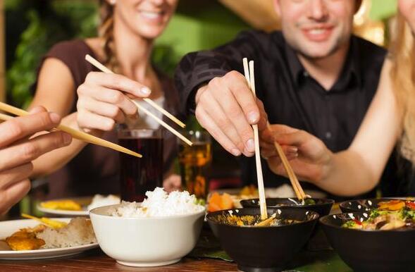 肠胃病与这些吃饭时的习惯有关,吃得太快并不好