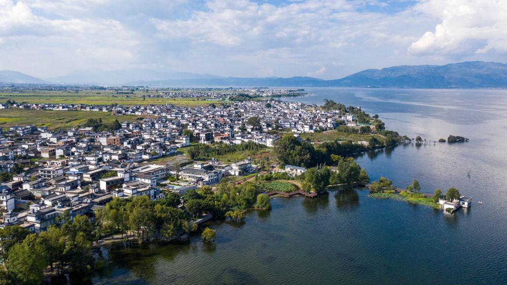 云南省大理市古生村村貌与洱海风光