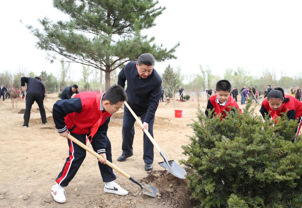 2021年4月2日,习近平来到北京市朝阳区温榆河参加首都义务植树活动。