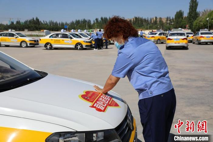 新疆喀什市千余辆爱心车免费接送高考考生