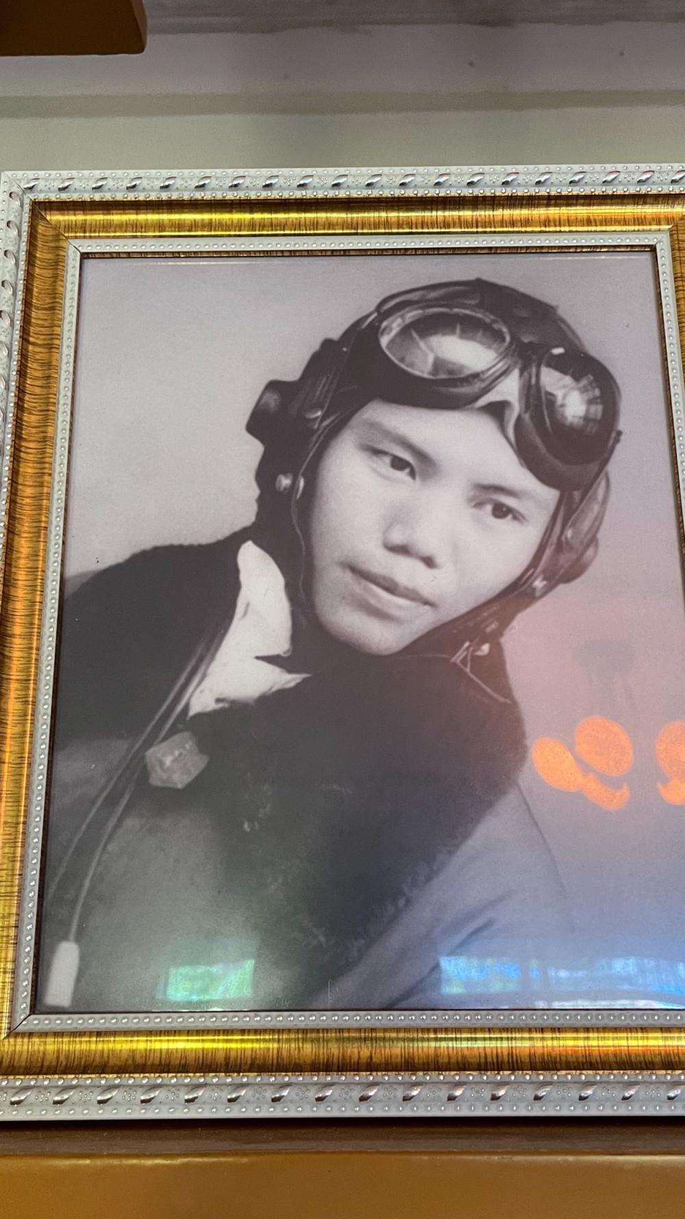 吴多春身着飞行员服的照片