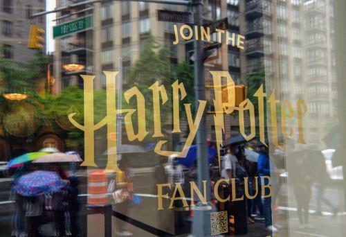 推开这扇玻璃门,欢迎来到霍格沃茨魔法世界!全球最大哈利·波特主题商店在美国纽约开业