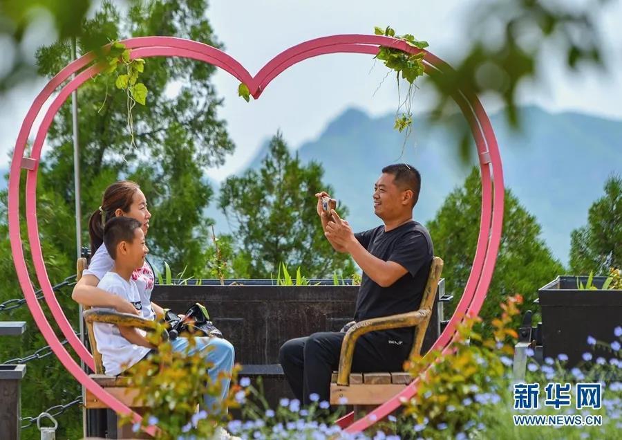 ▲ 2021年5月30日,游客在河北省邯郸市磁县天保寨景区游玩。新华社记者 王晓 摄