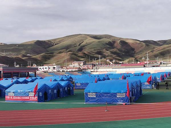 """果洛州民族高级中学操场上的""""帐篷考场""""。 果洛州教育局供图"""