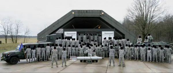 来自驻扎在荷兰沃尔克尔的第703弹药支援中队的一张脸书群组照片。