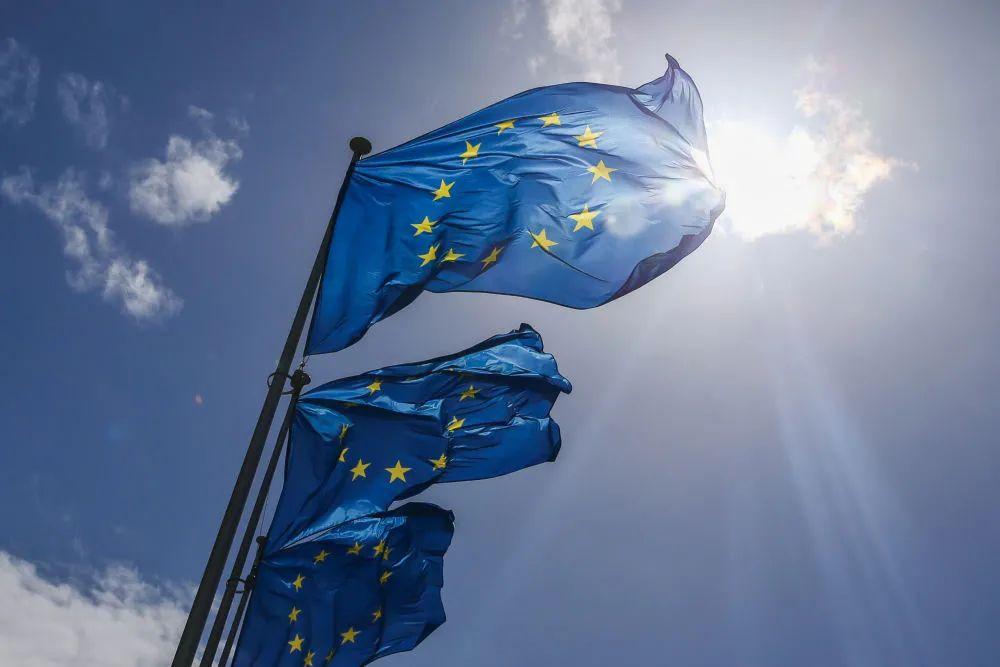 ▲5月21日,欧盟旗帜在比利时布鲁塞尔的欧盟总部外飘扬。(新华社记者郑焕松摄)