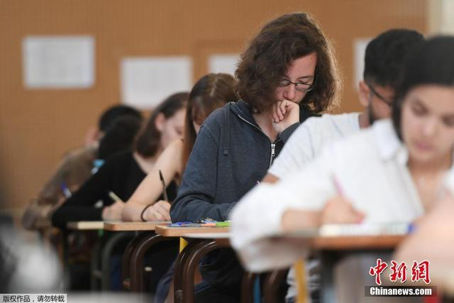 资料图:当地时间2018年6月18日,法国高中毕业会考开考,学生们参加第一科——4小时的哲学考试。