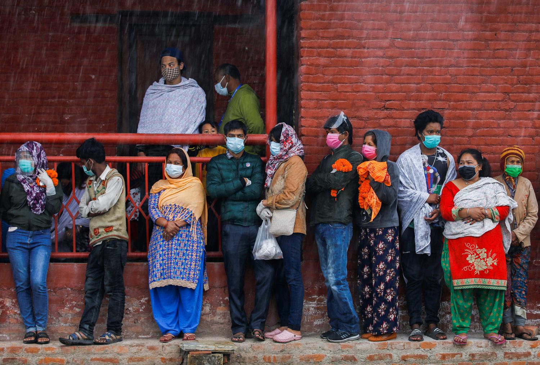 当地时间5月11日,尼泊尔加德满都,新冠病逝者家属在火葬场等待尸体运达 图源:澎湃影像平台