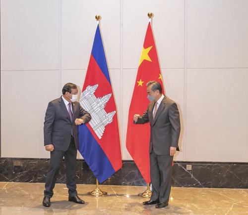 王毅会见柬埔寨外相 合照姿势不一般