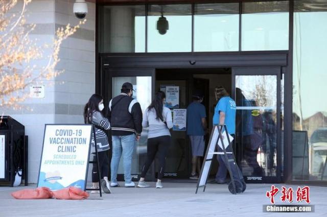 资料图:当地时间5月12日,加拿大多伦多,民众在一处作为新冠疫苗接种点的社区中心排队等候接种疫苗。中新社记者 余瑞冬 摄