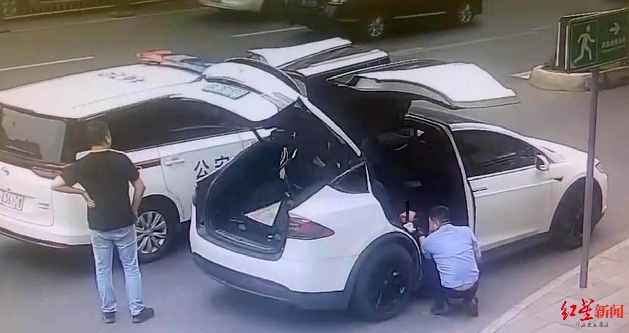 警车路遇产妇送医  民警停车变身医护协助接生