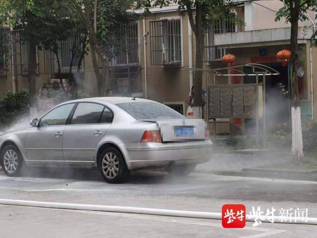 轿车行驶中突然冒烟自燃 众人合力救援化解险情