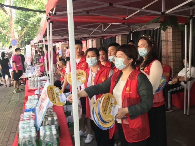 武汉市江汉区烟草局党员爱心行动助力学子战高考