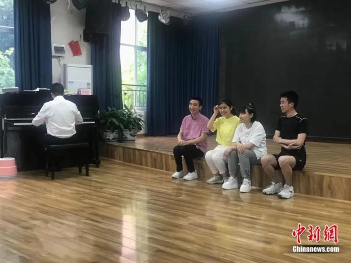"""""""学霸班""""5名学生在一起排练。岳依桐 摄"""