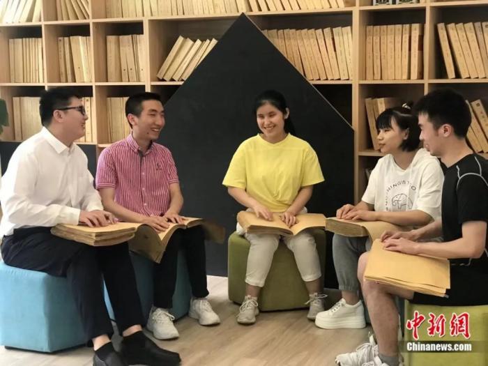"""""""学霸班""""5名学生一起看书。岳依桐 摄"""