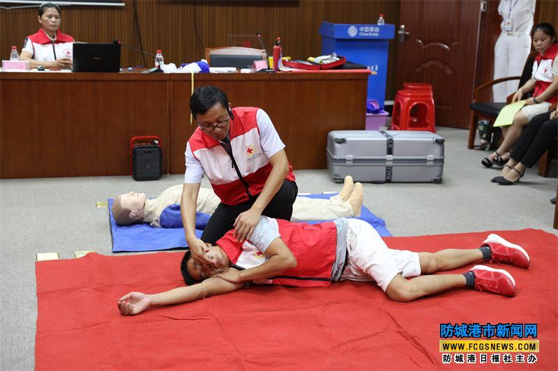"""防城港市上思县红十字会到中国移动上思分公司开展""""生命至上 防患未然""""应急救护培训和模拟演练活动。"""