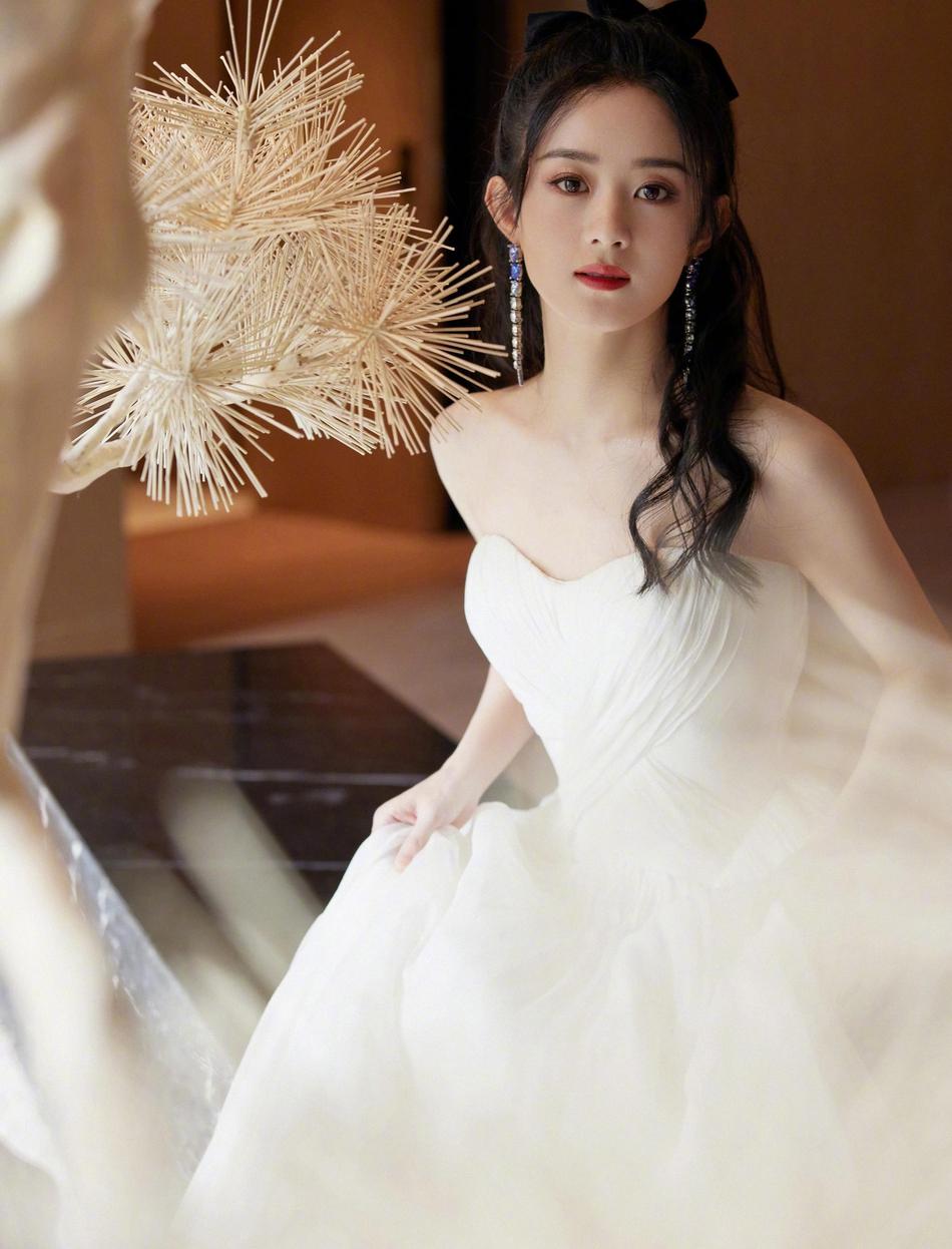 赵丽颖白色抹胸裙又美又仙 半扎卷发慵懒温柔