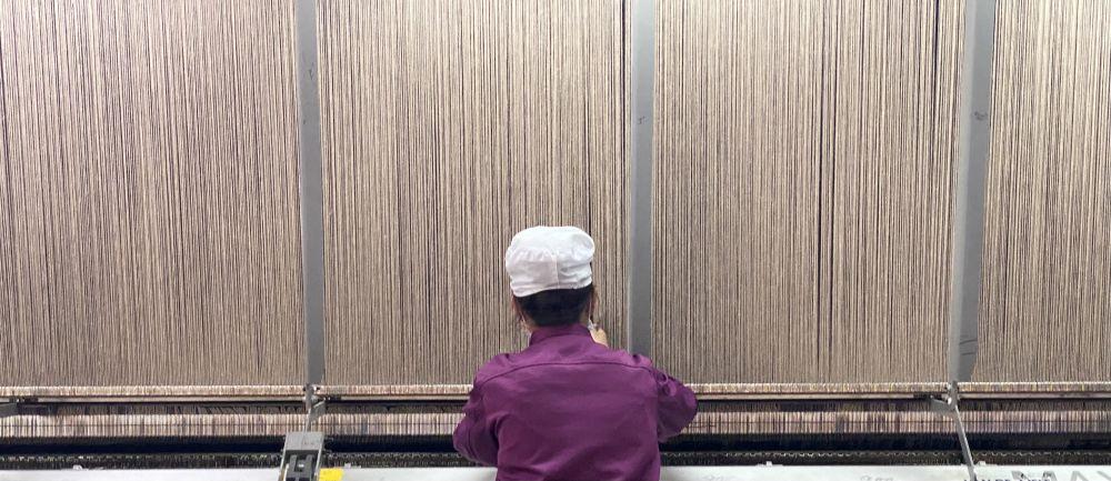 ↑青海圣源地毯集团有限公司职工在加工藏毯。