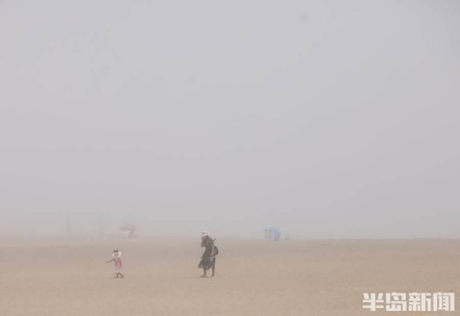 青岛石老人海水浴场大雾弥漫 游客瞬间告别艳阳天