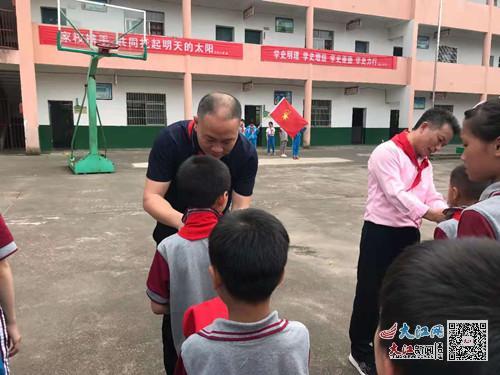 东乡区马圩小学举行少先队员入队仪式(图)