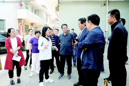 离石区委、区政府主要领导就迎新街房屋安全隐患排查整治现场办公