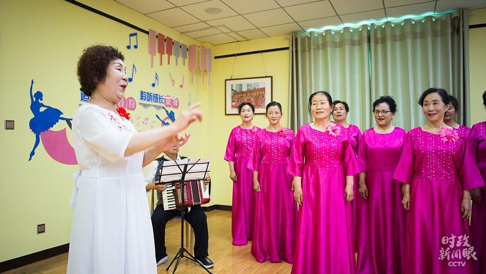 △社区合唱团正在排练,总指挥是66岁的社区居民王红梅。(总台央视记者彭汉明拍摄)