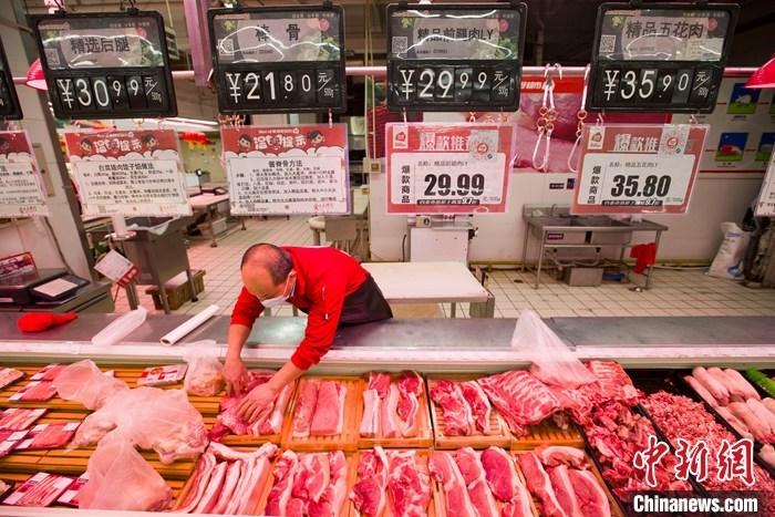 2月22日,山西省太原市一超市内,工作人员在整理待售猪肉。 中新社记者 张云 摄