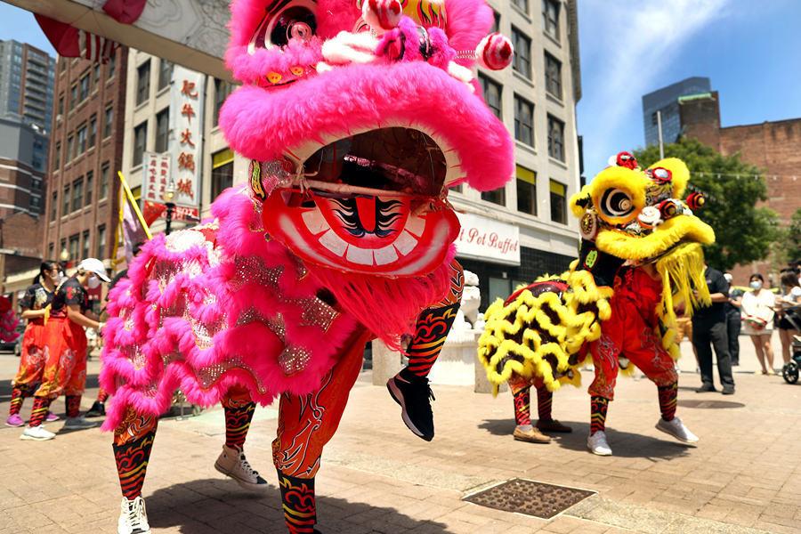美国波士顿唐人街举行舞狮表演