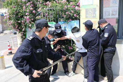 有凶徒?青岛市第二实验小学开展防恐防暴应急演练活动