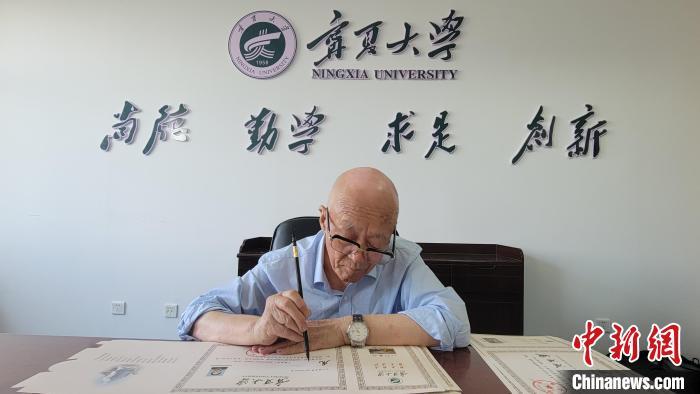 退休教授为新生书写录取通知书。 谢宇 摄