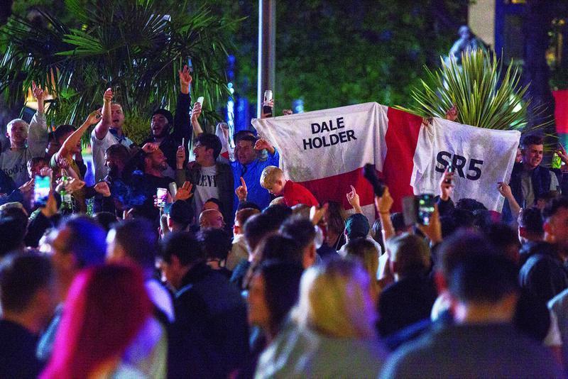 当地时间7月10日,英国伦敦,欧洲杯决赛前夜英格兰球迷聚集狂欢。图/IC photo