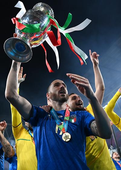 北京时间7月12日,意大利队在点球大战中击败英格兰队,时隔53年再度捧起欧洲杯。图为夺冠功臣博努奇捧杯庆祝。视觉中国供图