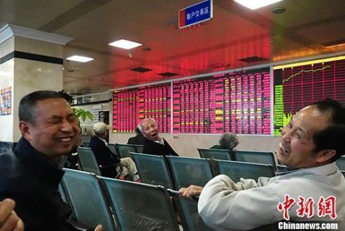 资料图:某证券公司交易大厅内的股民。 中新社记者 刘忠俊 摄