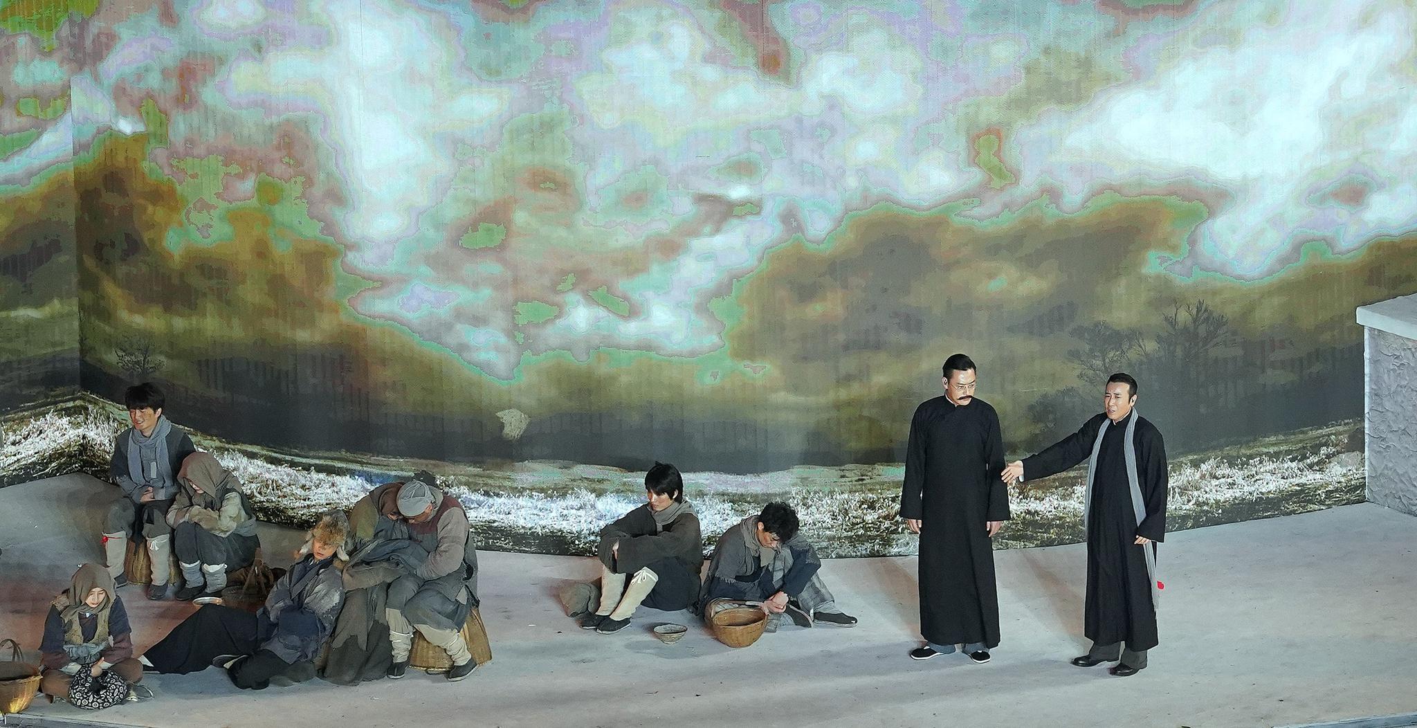 """""""启航""""部分的戏剧与舞蹈节目《破晓》中,演员于和伟、张桐再现了热播电视剧《觉醒年代》的片段"""