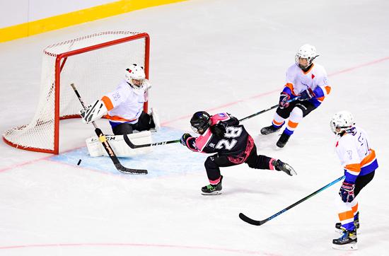 青少年冰雪运动发展将是北京冬奥会的重要遗产。图为2021中国青少年U14冰球邀请赛赛况。视觉中国供图