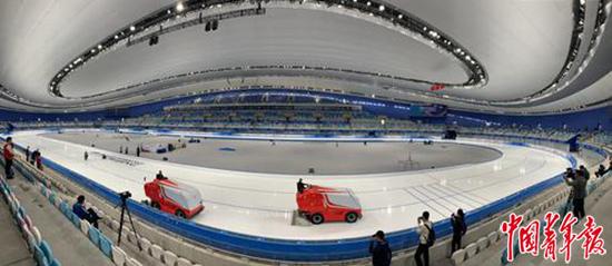"""北京赛区唯一新建冰上竞赛场馆""""冰丝带"""",利用2008年北京奥运会曲棍球和射箭的临时场地进行建设,赛后将成为群众冰雪运动好去处。中青报·中青网记者梁璇/摄"""
