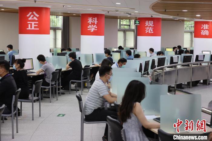 资料图:2021年6月16日,北京高考数学评卷点,工作人员正在阅卷 杨可佳 摄