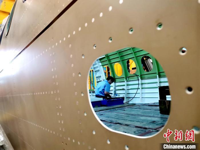 航空工业沈飞国际第100架A220飞机中机身段下架