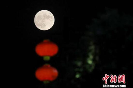 资料图:圆月高挂上空。泱波 摄